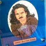 Son portrait en micro mosaïque offert à YANNI