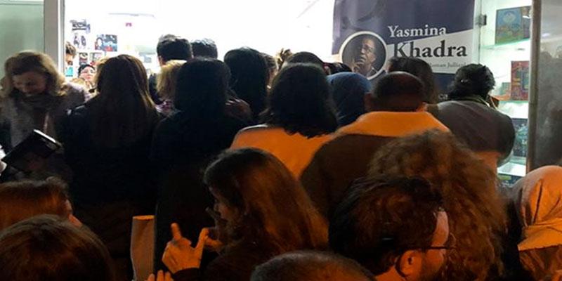 En photos : Mieux qu'un match de foot, Yasmina Khadra attire la foule à Tunis...
