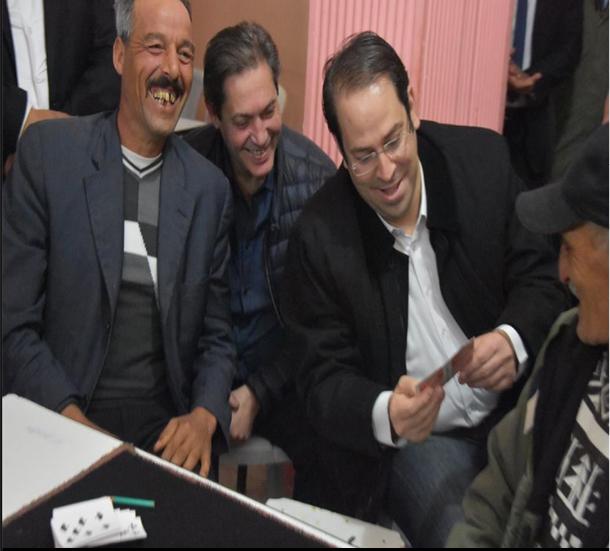 'صورة اليوم: رئيس الحكومة يلعب 'الشكبة