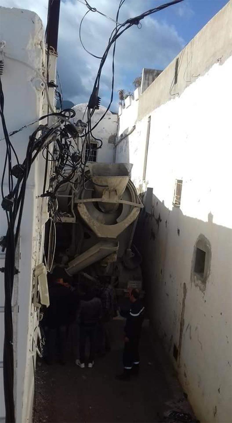بالصور: هذا ما خلّفته شاحنة ثقيلة للإسمنت دخلت في إحدى الأزقة بزغوان