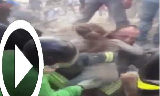 بالفيديو: انتشال طفلة الـ 8 سنوات ظلت 17 ساعة تحت الأنقاض في زلزال ايطاليا