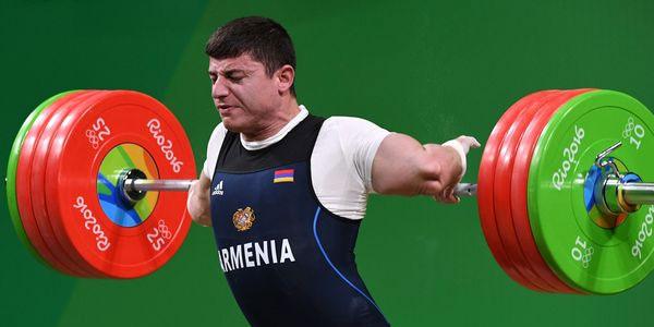 L'haltérophile arménien Andranik Karapetyan se tord le coude