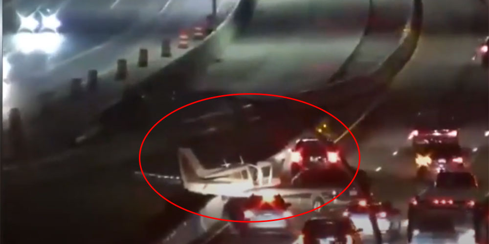 بالفيديو، طائرة تسقط على طريق سريع