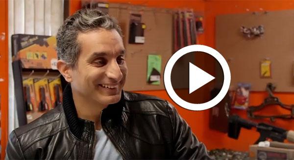 فيديو لحوار طريف بين باسم يوسف و بائع في متجر للسلاح يمنع دخول المسلمين في أميركا