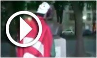 En vidéo : Un individu portant le drapeau de la Tunisie profane le buste de Bourguiba à Paris