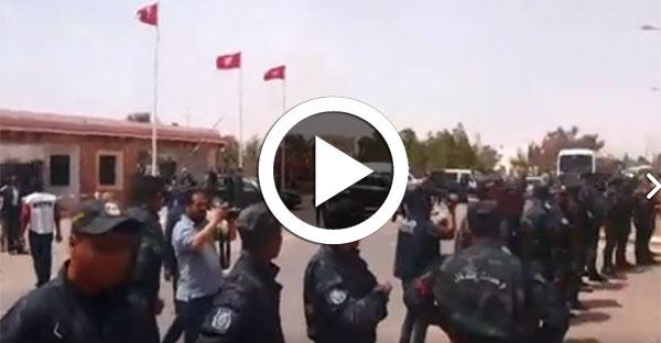 بالفيديو: ''ديقاج '' في وجه الشاهد و الوفد المرافق له أمام مقر ولاية تطاوين