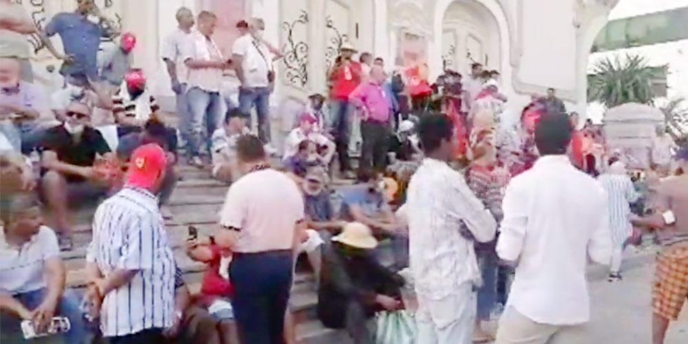 إنطلاق الوقفة الاحتجاجية أمام المسرح البلدي
