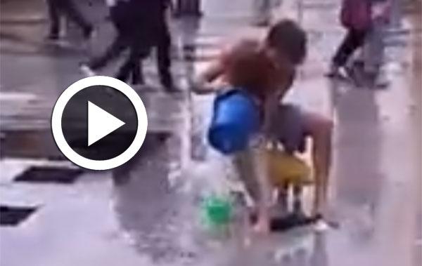 بالفيديو : شخص يستحمّ في باب بحر وسط سخرية المارة