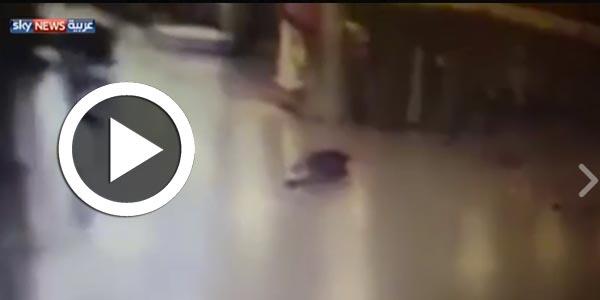 لحظة قيام الانتحاري بتفجير نفسه بعد اصابته بطلق ناري في مطار أتاتورك في اسطنبول