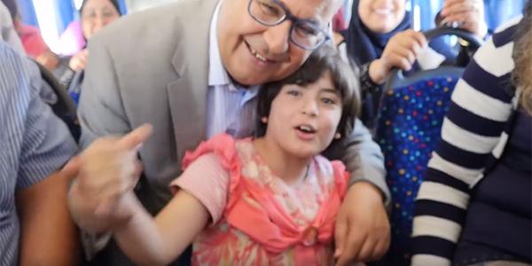 Nomane Fehri avec les élèves de son école à Carthage Land