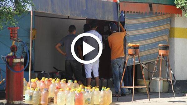 بالفيديو: بيع البنزين المهرب في ''العطار'' ومحلات المرطبات