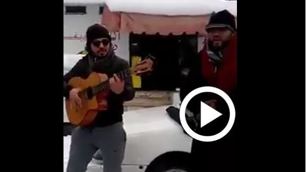 En vidéo : Guitare, chant et danse pour combattre le froid au Nord-Ouest