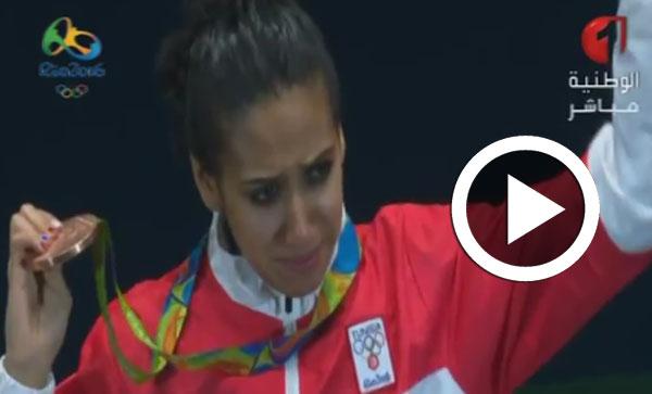 بالفيديو : إيناس البوبكري تعتلي منصّة التتويج وتوسّم بالميدالية البرونزية