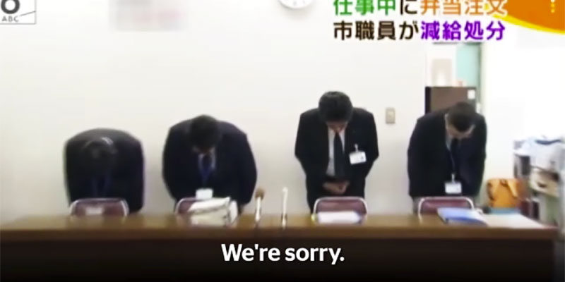 Les officiels japonais présentent des excuses à la télé à propos d'un travailleur qui a quitté le bureau 3 minutes plus tôt pour acheter le déjeuner