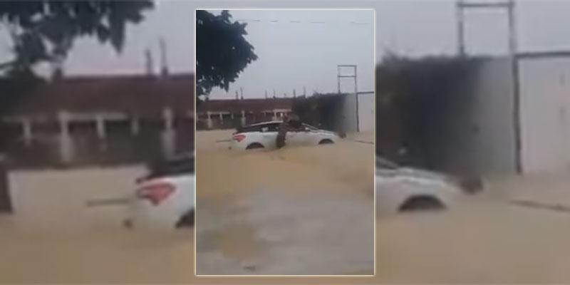 بالفيديو، محاولة إنقاذ عائلة داخل سيارة جرفتها مياه الامطار بجبل الوسط
