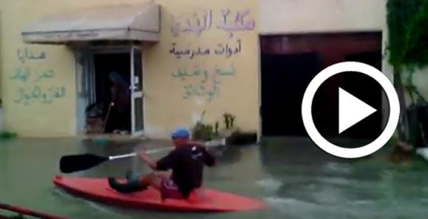 En vidéo : A Hammam Sousse, il se promène dans la ville avec un Kayak