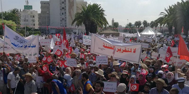 مباشر : وقفة في ساحة باردو احتجاجا على تقرير لجنة الحريات