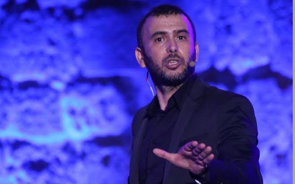بالفيديو: بطريقة طريفة لطفي العبدلي يروّج لعرض مسرحيته بمهرجان قرطاج