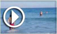 بالفيديو : أهالي مدينة قليبية يستمتعون بدفء مياه البحر أواخر شهر جانفي