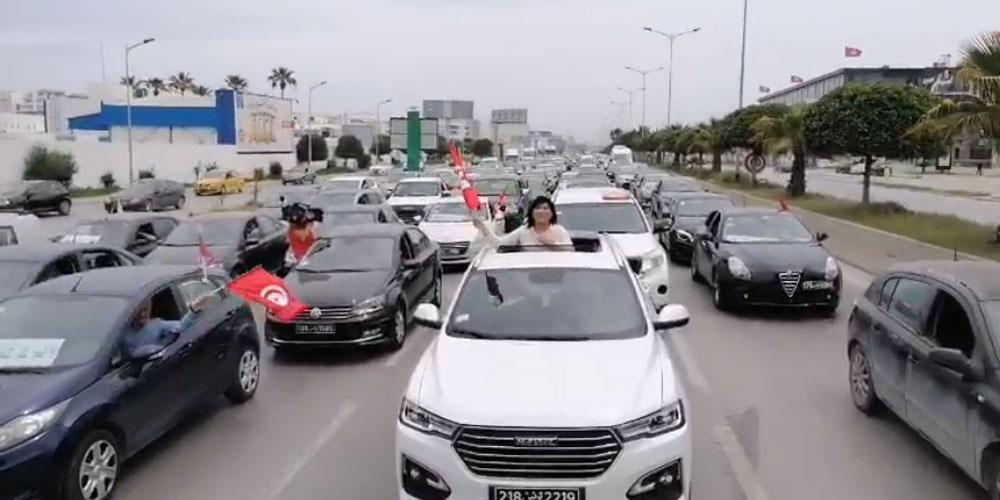بالفيديو : عبير موسي تقود مظاهرة حاشدة '' بالسيارات''