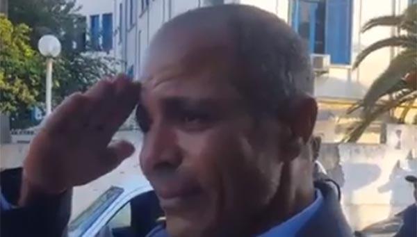 فيديو مؤثر لشرطي مرور لحظة مرور جثمان الشهيد رياض بروطة أمامه