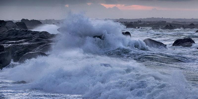 بالفيديو، تواصل التحذيرات من شدة الرياح