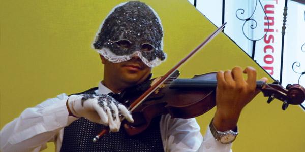 أداء رائع لأغنية ''لاموني الي غاروا مني'' على طريقة عازف الكمنجة ''le violoniste masqué''
