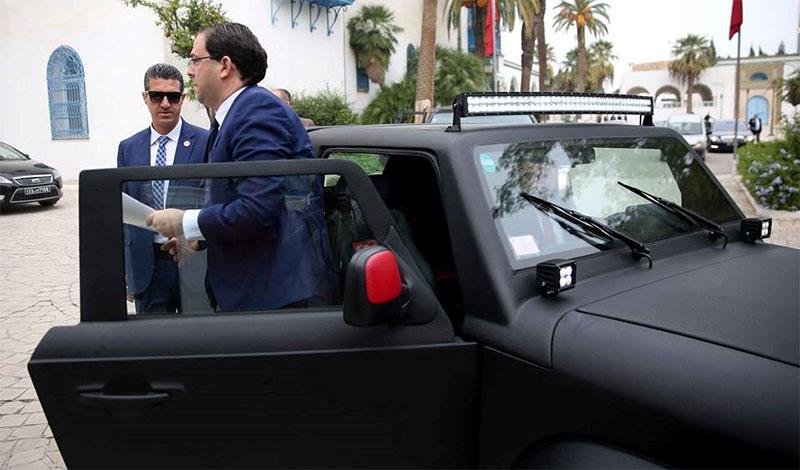 فيديو، بسيارة تونسية الصنع، يوسف الشاهد يصل إلى مجلس نواب الشعب